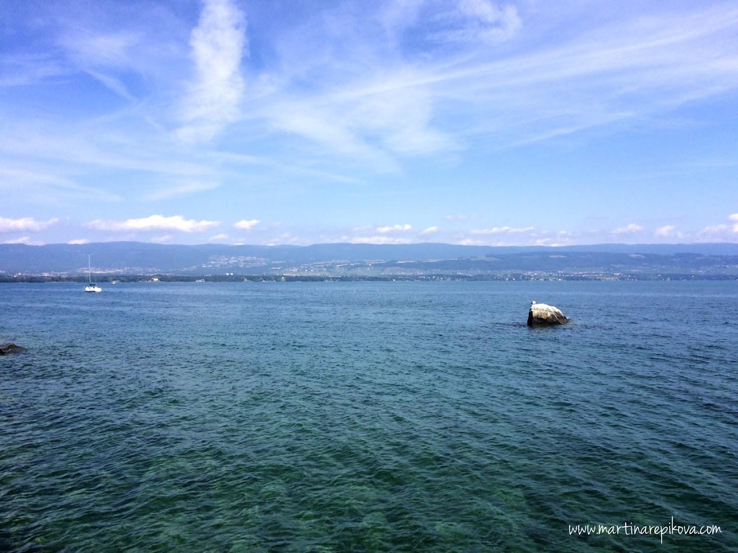 Druhý breh jazera a kopce Švajčiarskej Jury z Yvoire, Francúzsko