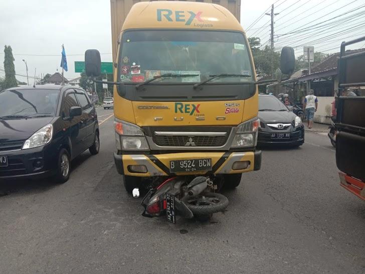 Kecelakaan Di Kalasan, Pengendara Motor Masuk Kolong Truk