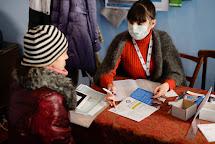Poskytování potravinových poukázek. Selidovo, Ukrajina. Foto: Roman Lunin, Člověk v tísni