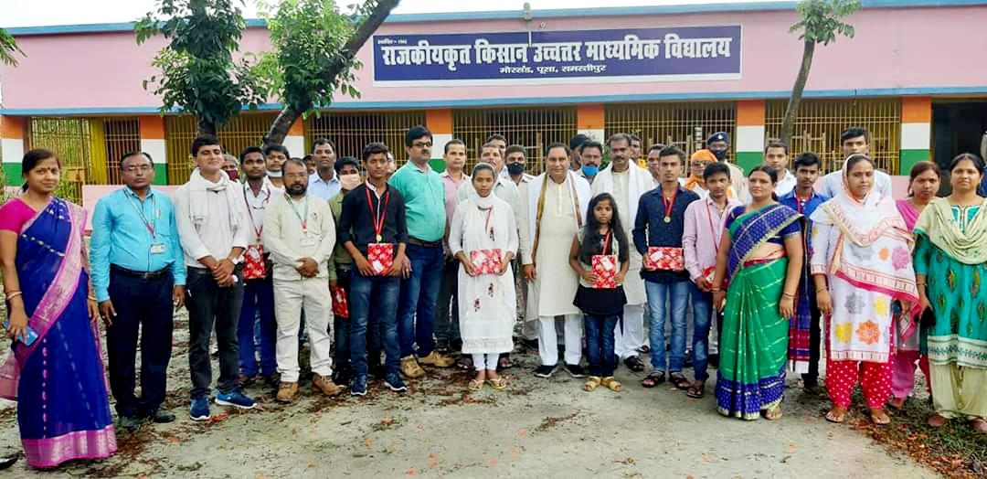 समस्तीपुर जिला के विभिन्न क्षेत्र के प्रतिभाशील मैट्रिक के बच्चों को मन्तरि महेश्वर हजारी ने मेडल और सहायता राशि से सम्मानित किया।