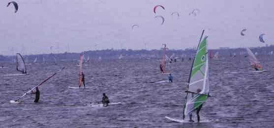 Wind- und Kite-Surfer in der Danziger Bucht, Ostsee-Küste Polen