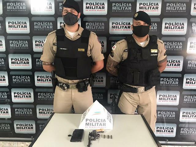 Após denúncia, homem é preso com arma de fogo pela Polícia Militar de Divino
