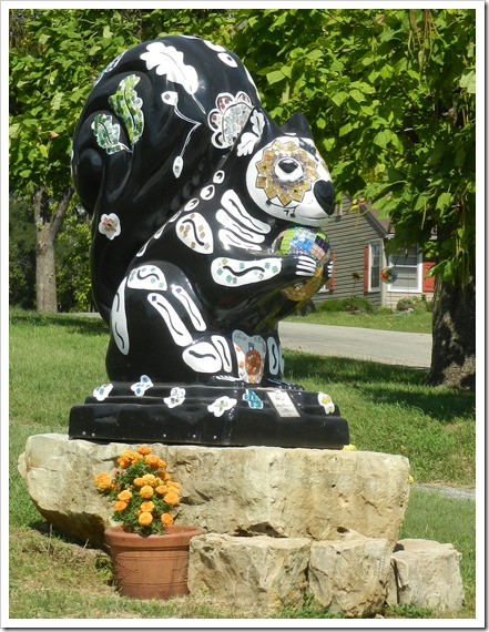 2018-09-17b Kansas, Marysville - Black Squirrel Statues (15)