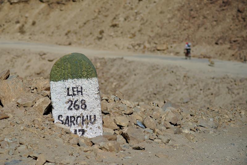 Sub 300 pana in Leh, una din primele borne cu destinatia finala. De aici au mai fost inca 5 zle de pedalat.