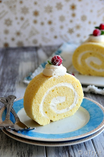 How to Make Vanilla Bean Swiss Roll (雲呢拿瑞士卷蛋糕)  with Step-by-step video tutorial.  Easy and foolproof Swiss Roll recipe.  http://uTry.it