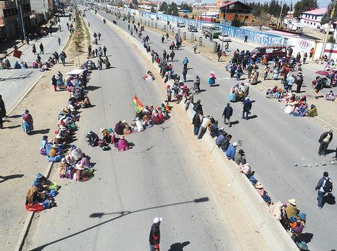 Padres de familia paralizaron El Alto con bloqueo de vías, exigen conclusión de obras en escuelas