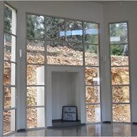 נישת ארון הקוד בסיום הבניה, מוכנה לקלוט את הארון. The Torah ark niche at end of construction, ready to receive the ark.