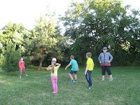 Gyerekcsapat labdajátékokat játszik.jpg