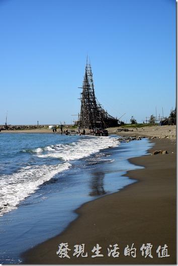 在漁光島的海岸邊矗立著一個高聳竹子構成的帆船型建物,看來這是一個喜好玩水者的祕密基地,一旁還有一間築屋。