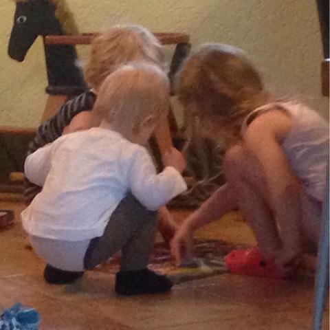 Kinder puzzeln zusammen