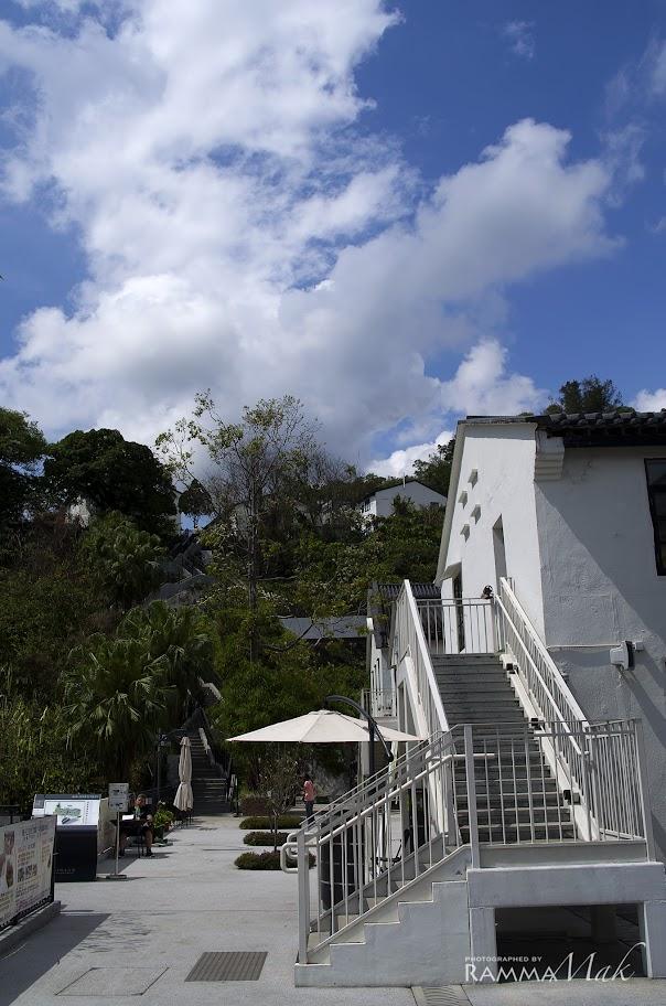 中區與上區的白色建築物