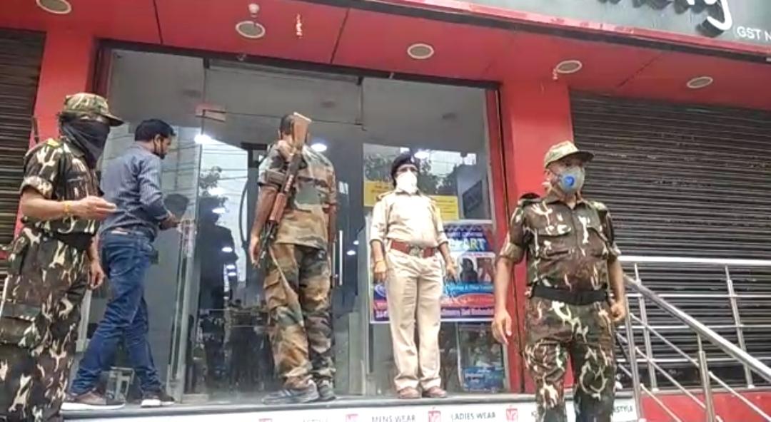 समस्तीपुर प्रतिबंध के बावजूद मॉल खोलने और लॉक डाउन के नियमों का उल्लंघन किये जाने पर V2 मॉल के मैनेजर को पुलिस ने किया गिरफ्तार।