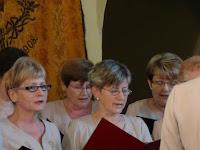 15 Az énekkar a Kormorán Isten ujja megérintett c. dalt a énekli.JPG