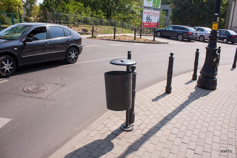 Місцеві смітники, натикані по всьому місті. На землі сміття немає взагалі.