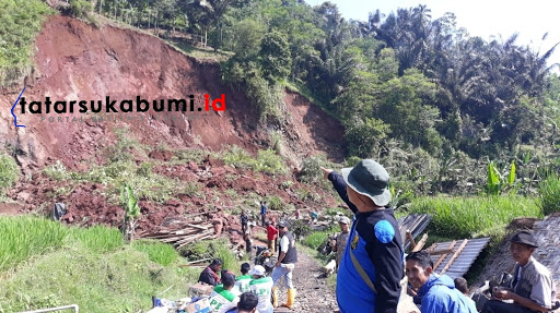Tebing Setinggi 30 Meter Ambruk Putus Jalan dan Timbun Rumah di Sukabumi