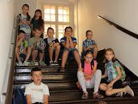 08 A tanulók helyet foglaltak a lépcsőkön.JPG