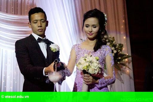 Hình 10:   Cô dâu của Văn Quyết rạng rỡ trong lễ cưới
