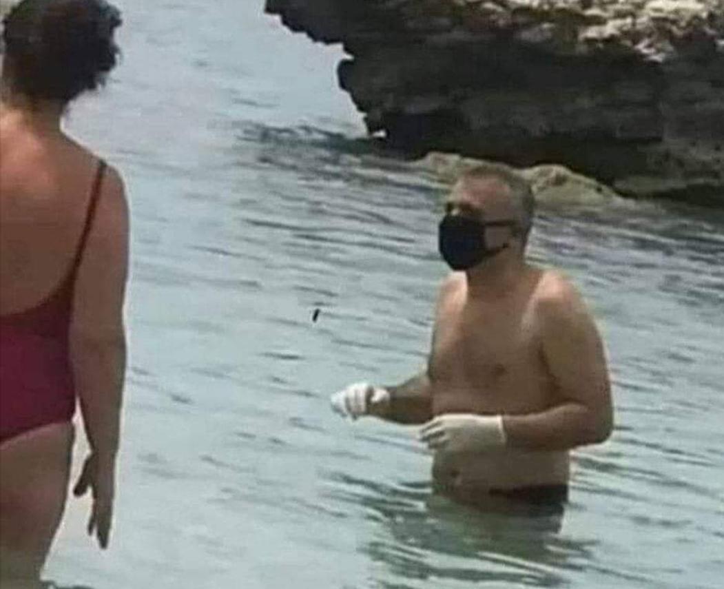 mit einer Maske im Meer, die für die Corona-Covid-19-Pandemie vorbereitet wurde lustige bild