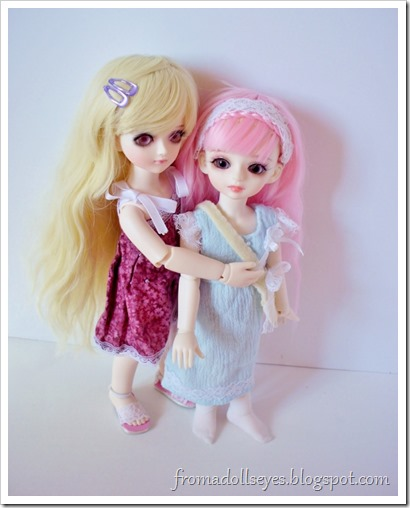 Two yosd ball jointed dolls being cute.