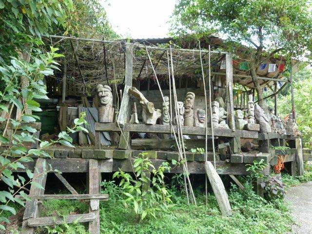 Environs de Xizhi. Au milieu de nulle part, rencontre avec des sculpteurs.