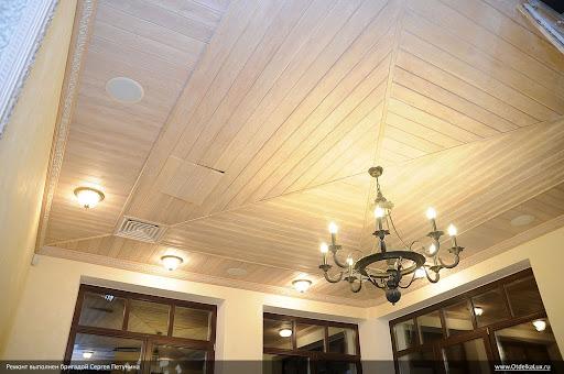 Многосекционный деревянный потолок на веранде с резными потолочными карнизами