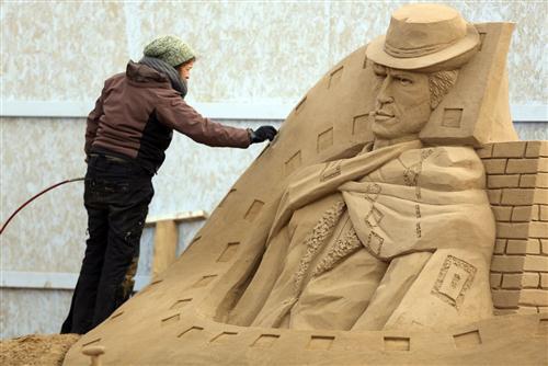 மணல் சிற்ப விழாவில் ஹாலிவூட் கதாபத்திரங்கள் : புகைப்படங்கள் Sculptors-place-finishing-touches-hollywood-20130326-073505-375