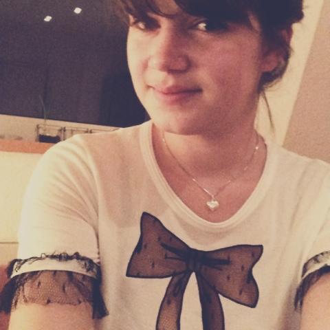 Fräulein Berger im Schleifen-Shirt