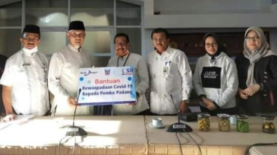 Serahkan Bantuan Bahan Pembuat Hand Sanitizer,  Bank Nagari Support Pemko Padang Tangani Virus Corona