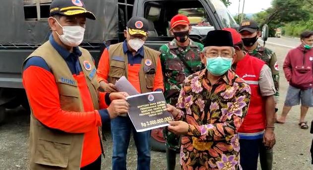 Kepala BNPB Serahkan Bantuan Sebesar 4 Miliar untuk Penanganan Gempa Sulbar