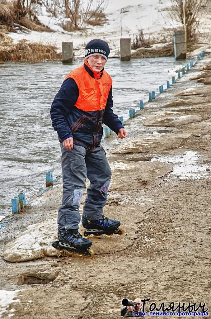 Дороги уже почти сухие, и молодые люди с удовольствием катаются на роликовых коньках