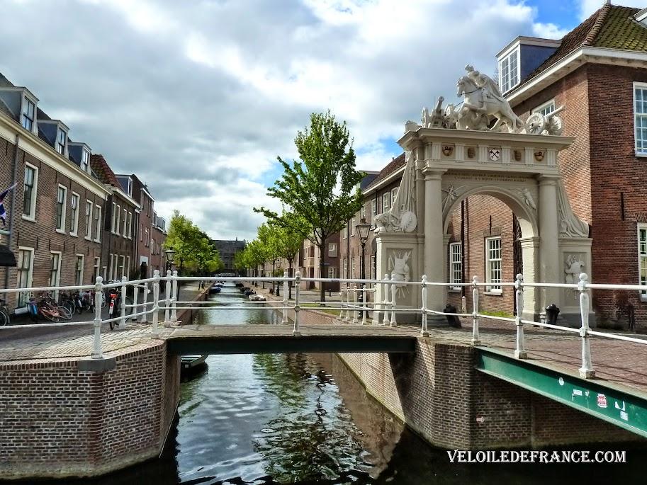 Canal dans Leiden - e-guide balade à vélo autour de Leiden par veloiledefrance.com