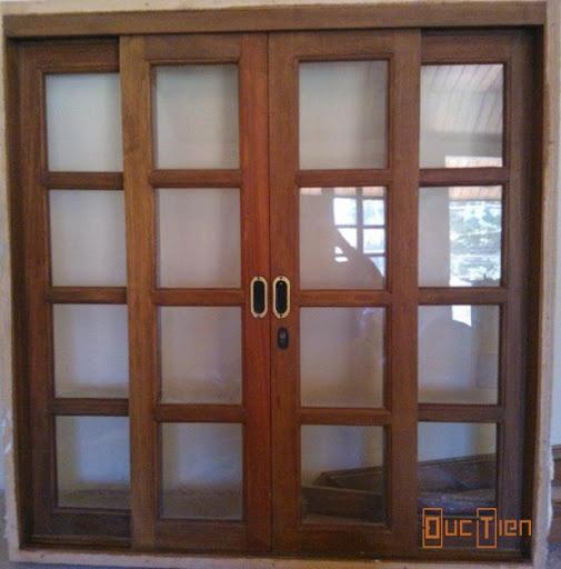 Cửa sổ gỗ kết hợp với kính.