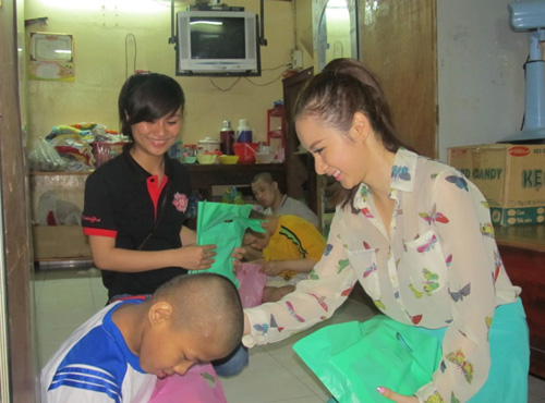 Angela Phương Trinh đi làm từ thiện cùng game thủ 4