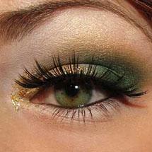 Maquiagem de Natal dourada e verde com glitter