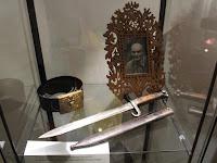 A képen Éliás Sándor, mellette öve és kése.JPG