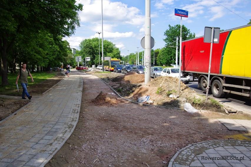 Pojawia się zjazd w kierunku południowym. W projektach go nie było, tak samo jak i przejazdu dla rowerów na druga stronę ul. Pabianickiej.