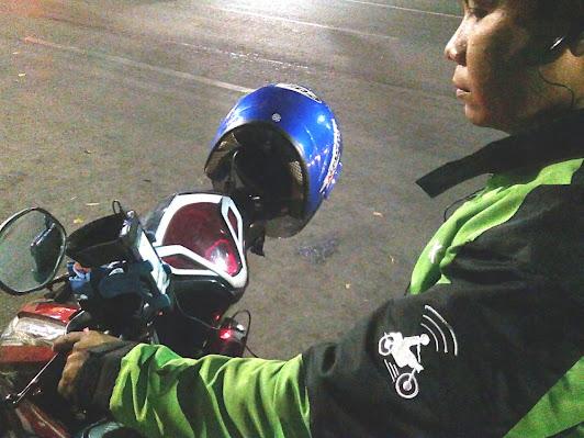 Tongkrongan Gojek Driver. Kreatif dengan navigasi Android terpajang di spionnya. (photo by Brahm)