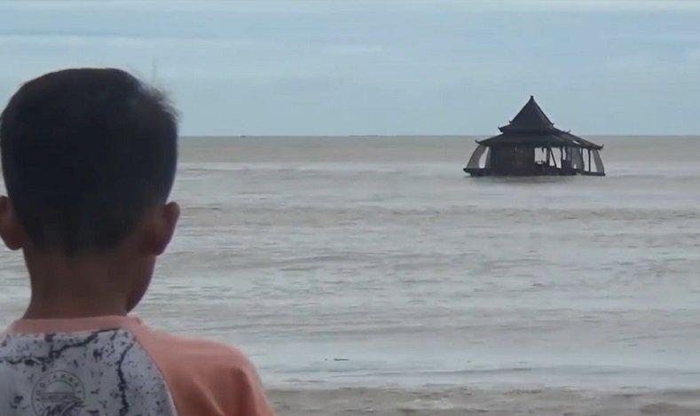Heboh, Masjid di Pacitan Terseret Banjir Hingga ke Tengah Laut