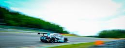 raceauto op snelheid met wazige achtergrond