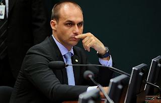 """Eduardo Bolsonaro ataca Maia: """"Segue com PT e Psol"""""""