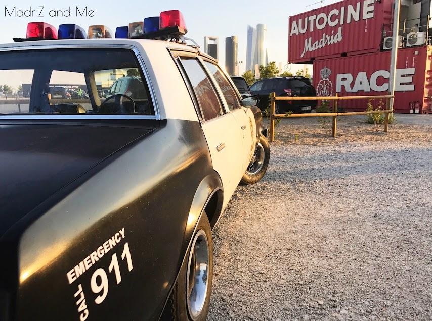 Coche de policía americano en el autocine Madrid Race