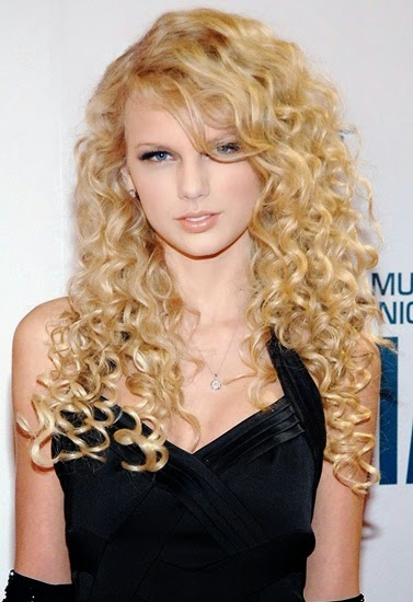 Thoi gian dau moi noi tieng tren tham do CMA Awards vao nam 2006 Taylor Swift trong dang yeu voi kieu toc xoan vang dang yeu hat mai sang ben Co cung trang diem don gian moc mac voi mat khoi moi hong phot