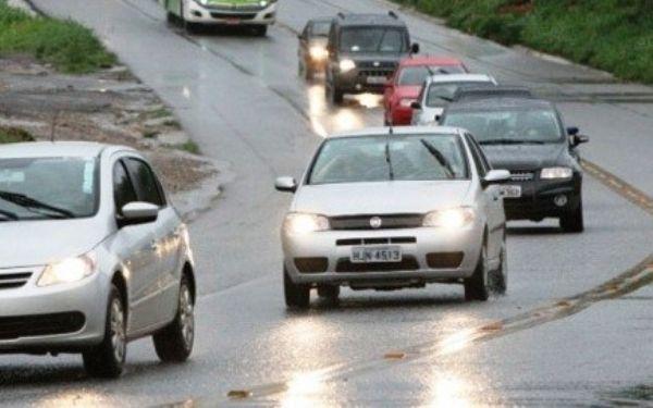 Justiça Federal suspende lei que obriga motoristas a manter os faróis acesos nas rodovias durante o dia
