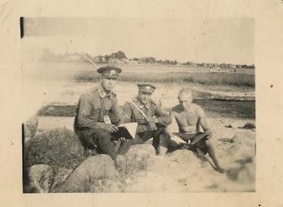 А. Шувалов (Втроя) крайний справа на берегу Наровы в Сыренце.прим. 1940 г.(из личного архива Шувалова А.А.)