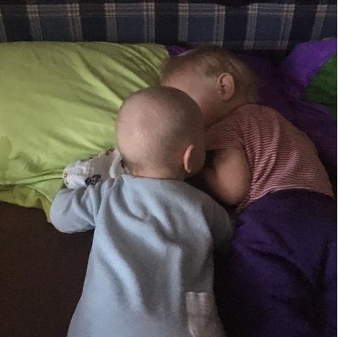 Geschwister kuscheln