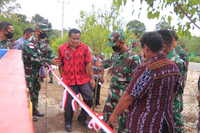 Dansatgas Yonif RK 744 Bersama Camat Lasiolat Resmikan Bak Penampung Air Bagi Warga Desa Dualasi