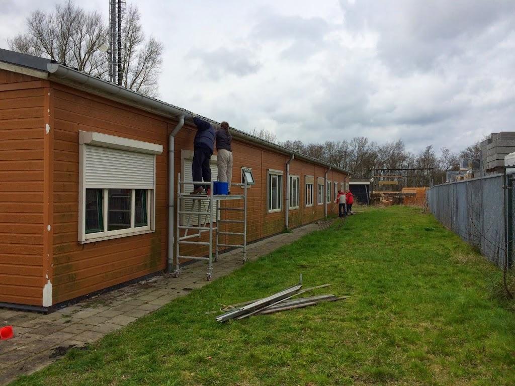 Hier worden de dakgoot en de muren grondig gereinigd