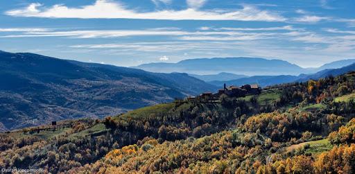 El poble d'Estavill des del camí ral d'Antist a Estavill. La Vall Fosca, Pirineu. Ruta El cinquè llac. Torre de Capdella, Pallars Jussà, Lleida
