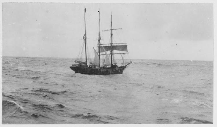 Vista del ANICETO en facha preparandose para recibir al bote del USS MARGARET. Foto Naval History and Heritage Command.tiff
