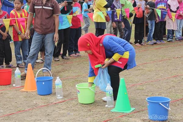 guru menyediakan bahan untuk acara isi air didalam botol menggunakan span